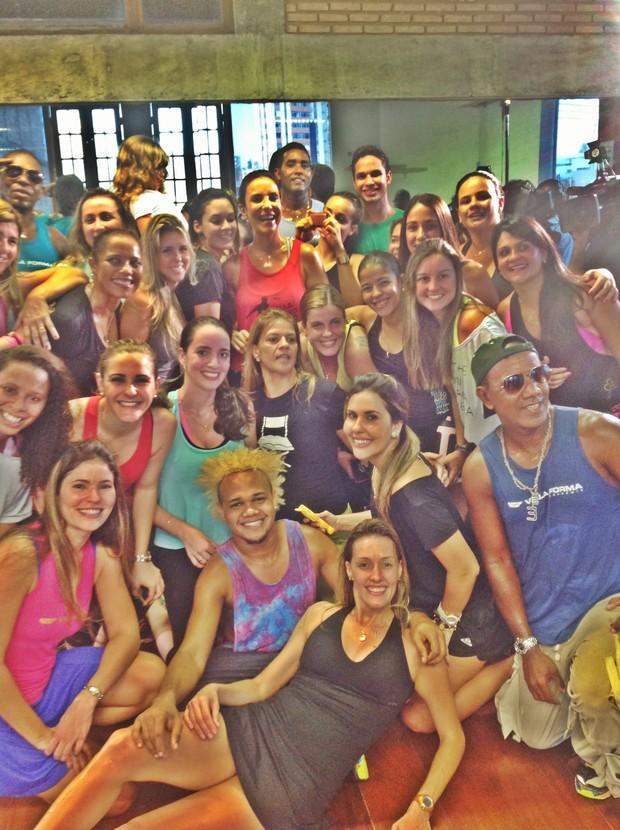 Ivete Sangalo e turma após aula de dança (Foto: Divulgação)