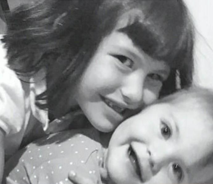 Sofia e Ayra, filha de Malvino Salvador, em momento de carinho (Foto: Arquivo pessoal)