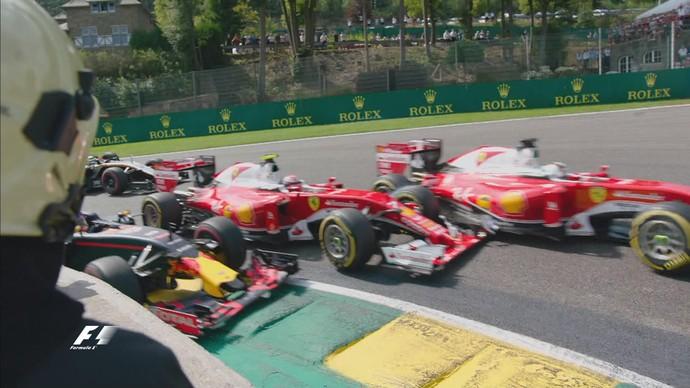 Max Verstappen, Sebastian Vettel e Kimi Raikkonen se tocam na primeira curva (Foto: Reprodução)