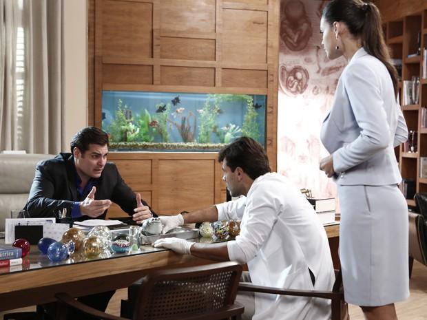 Marcos fica preocupado com sapo e veterinário examina (Foto: Gshow)