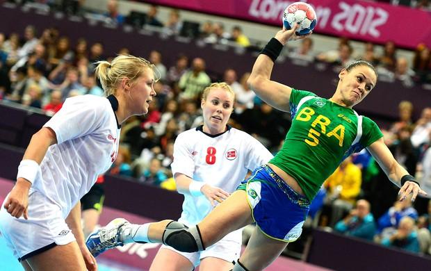 Ida Alstad na partida de handebol do Brasil contra a Noruega (Foto: AFP)