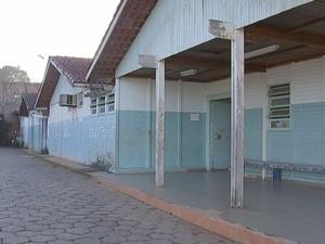 Está faltando tudo, o lugar está abandonado, diz aposentado Adão da Silva (Foto: Reprodução/TV TEM)