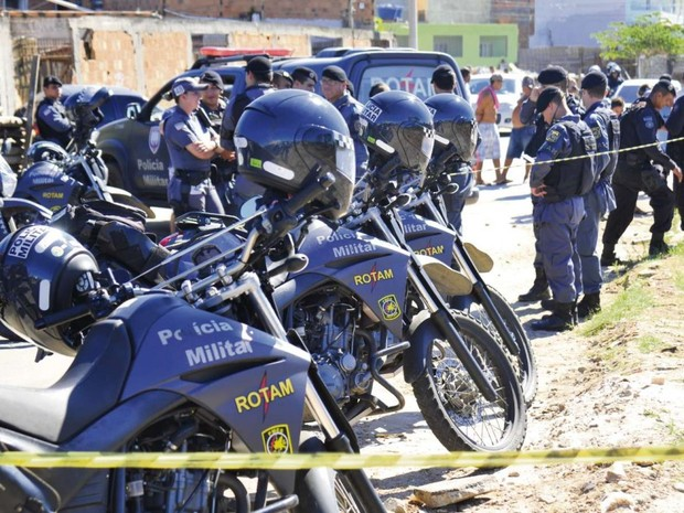 Equipes da Rotam fizeram várias rondas no bairro após a fuga dos bandidos (Foto: Fernando Madeira/ A Gazeta)