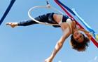Artistas fazem acrobacias na Festa do Peão (Érico Andrade/G1)