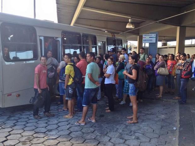 Passageiros enfrentam tumulto para entar em ônibus no Terminal da Macaxeira (Foto: Katherine Coutinho/G1)