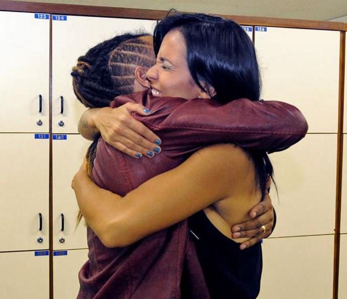 Aquele abraço entre os cantores Junior Meirelles e Ju Moraes, da temporada 2012 (Foto: TV Globo)