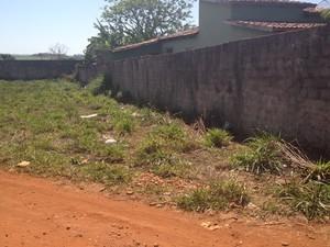 Local onde o corpo do jovem foi encontrado, em Inhumas, Goiás (Foto: Fernanda Borges/G1)