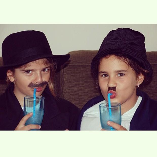 Lívian Aragão e amiga quando eram crianças (Foto: Instagram / Reprodução)