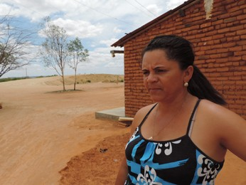 Trilhos vão passar a poucos metros da casa de Rosélia Vieira. (Foto: Katherine Coutinho/G1)