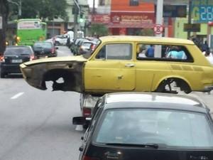 Com laterna quebrada, Belina leva outro veículo em São José dos Campos (Foto: Antônio Garcia/Arquivo Pessoal)