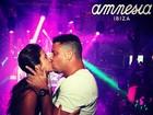 Paula Morais e Ronaldo curtem balada em Ibiza e trocam beijos