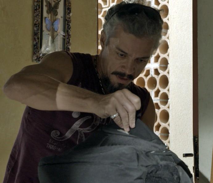 Juca invade a casa de Domingas e rouba o dinheiro de César (Foto: TV Globo)