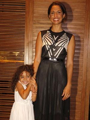 Camila Pitanga levou a filha para assistir ao capítulo final (Foto: Lado a Lado/TV Globo)