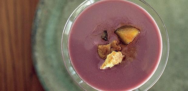Iogurte de vinho com peras carameladas (Foto: Rogério Voltan/Casa e Comida)