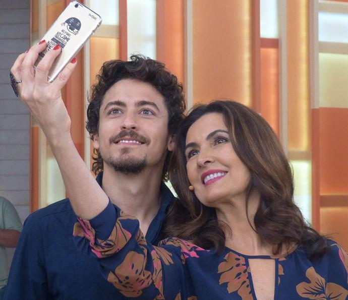 O ator Jesuíta Barbosa com a Fátima nos bastidores  (Foto: Vinícius Cunha/Gshow)