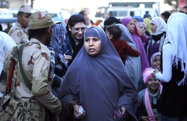 Mulheres formam fila para votar neste sábado (22) em Gizé, no Egito (Foto: Reuters)