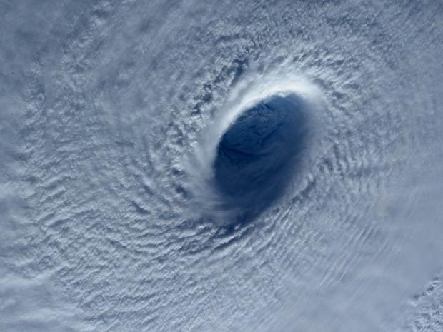 O funil do tufão Maysak é visto do alto sobre o Oceano Pacífico em foto feita da Estação Espacial Internacional. Na terça (31), o status do fenômeno foi elevado para o de supertufão na ilha de Guam, com ventos de 240 km/h (Foto: Samantha Cristoforetti/Nasa/Reuters)