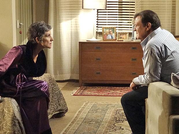 Cerco começa a se fechar e deixa Melissa e Dimas preocupados (Foto: Amor Eterno Amor/TV Globo)