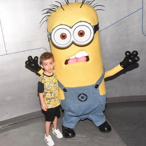 Alexandre Jr. se diverte com Minion (Foto: Reprodução/Instagram)