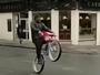 Ex-astro da NFL faz manobra de bike na Escócia e desvia até de ônibus
