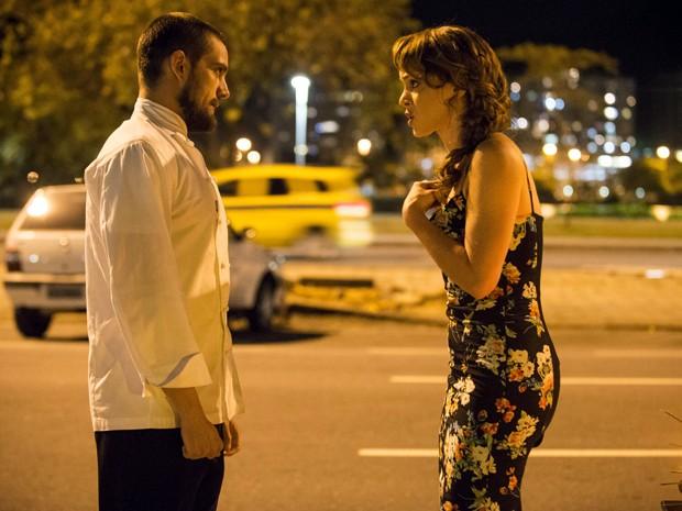 Cristina e Vicente brigam na parte de fora do Enrico (Foto: Raphael Dias / TV Globo)