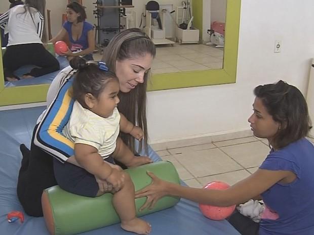 Menina faz fisioterapia, mas exercícios devem ser leves  (Foto: Reprodução / TV TEM)
