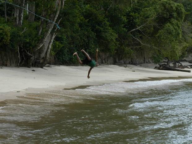 """Devido a enseada, a Praia Funda é """"profunda"""" logo nos primeiros metros em direção ao rio o que atrai crianças a um mergulho mais radical (Foto: Dirceu Maués / O Liberal)"""