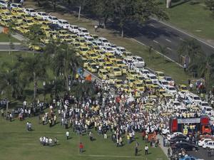 - Centenas de taxistas realizam, na manhã desta sexta-feira (24), um protesto contra o aplicativo Uber e táxis piratas que trafegam pelas grandes metrópoles. (Foto: Fábio Gonçalves/Agência O Dia/Estadão Conteúdo)