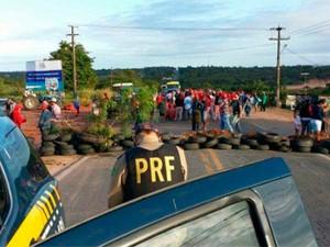PRF registrou interdição provocada pelo MST em Ceará-Mirim no km 163 da BR-406 (Foto: Divulgação/PRF)