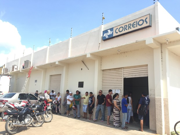 Pessoas aguardam no sol para serem antendidas em unidade no Asa Branca (Foto: Inaê Brandão/G1 RR)