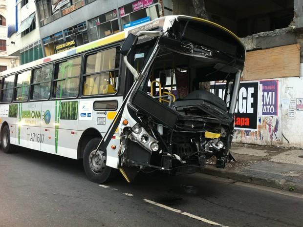 Veículo que estava em velocidade alta, segundo testemunhas, ficou com a frente destruída (Foto: Renata Soares/G1)
