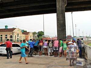 Corpo foi encontrado entre as estruturas da ponte, em Manaus  (Foto: Adneison Severiano/ G1 AM)