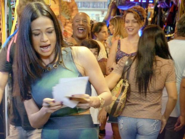 Tuane arrasa panfletando no camelódromo (Foto: Império / TV Globo)