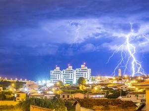 Fotógrafo tentou mais de 20 vezes até registrar o raio (Foto: Guto Hislt/VC no G1)