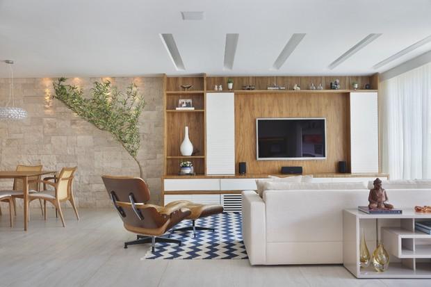 SALA DE TV | Aparador e sofá, da Way Design. Tapete da Casa Julio. Estante desenhada pelo escritório A3 Interiores e executada pela Cacchione Marcenaria (Foto: Juliano Colodeti/MCA Estudio/Divulgação)