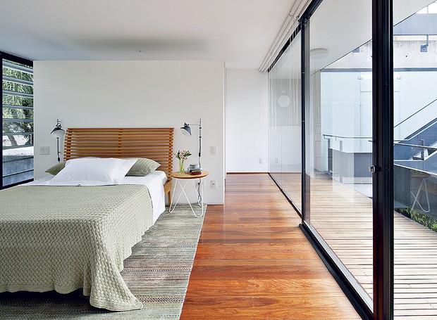 A arquiteta urbanista Adriana Rolim tem paixão pelo estilo brutalista. Como as fachadas possuem apenas esquadrias com vidro, os quartos são protegidos pelos brises, feitos de laminado melamínico, que permitem o controle da entrada de luz. O closet fica no (Foto: Maíra Acayaba/Casa e Jardim)