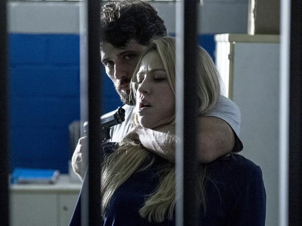 Vera se torna refém de Edu num golde de sorte do rapaz (Foto: Estevam Avellar/TV Globo)
