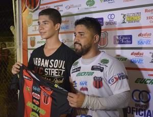 Marco Aurélio tirou fotos com torcedores após vitória (Foto: Diêgo Holanda)