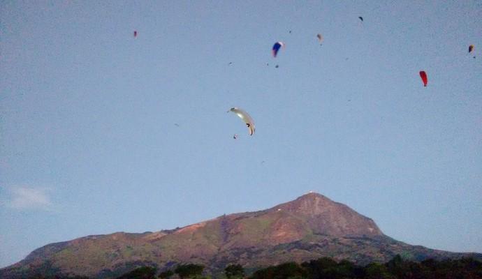 Revoada com cerca de 20 pilotos de paraglider acompanhou descida da chama olímpica (Foto: Zana Ferreira/ GE)