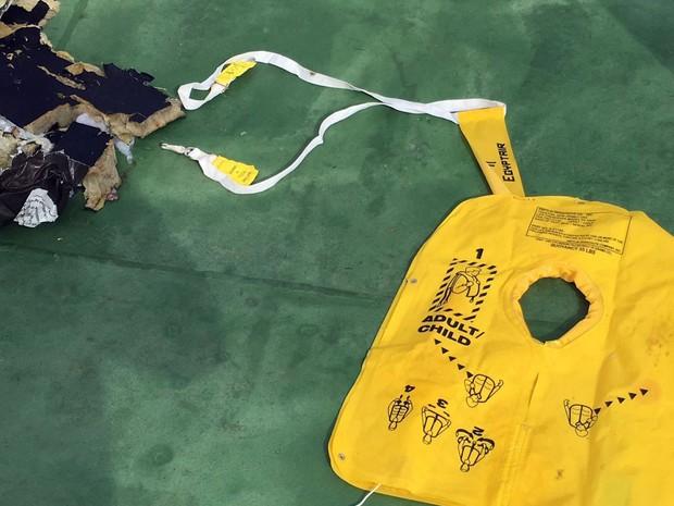 Imagem também mostra colete que pode ser do avião desaparecido no Mar Mediterrâneo. (Foto: Reprodução/AFP)
