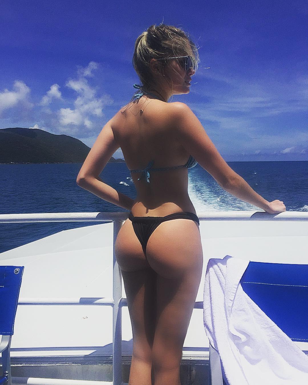 Bárbara Evans exibe corpão em passeio de barco (Foto: Reprodução/ Instagram)