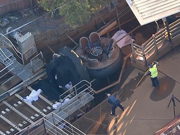 Polícia trabalha no local onde quatro pessoas morreram num acidente no parque de diversões Dreamworld, em Coomera, no leste da Austrália. As vítimas têm acima de 32 anos. Uma das balsas da atração aquática 'Thunder River Rapids' virou no acidente (Foto: Dan Peled/AAP/AP)