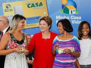 Dilma cumprimento beneficiárias do Minha Casa, Minha Vida durante lançamento do Minha Casa Melhor (Foto: Roberto Stuckert Filho/PR)
