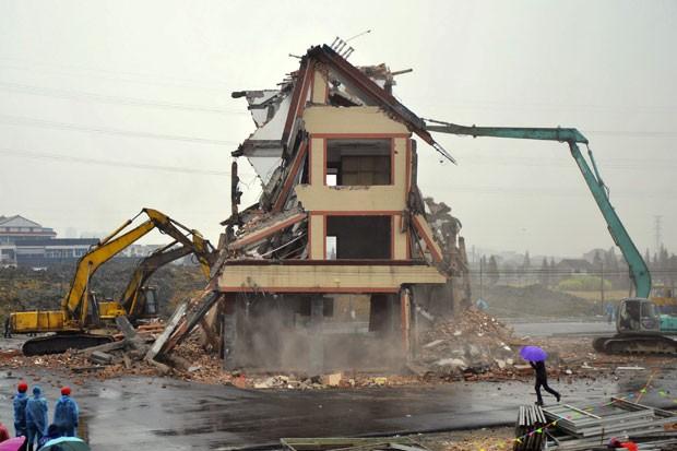 Prédio que ficava no meio de estrada é demolido na China (Foto: AP)