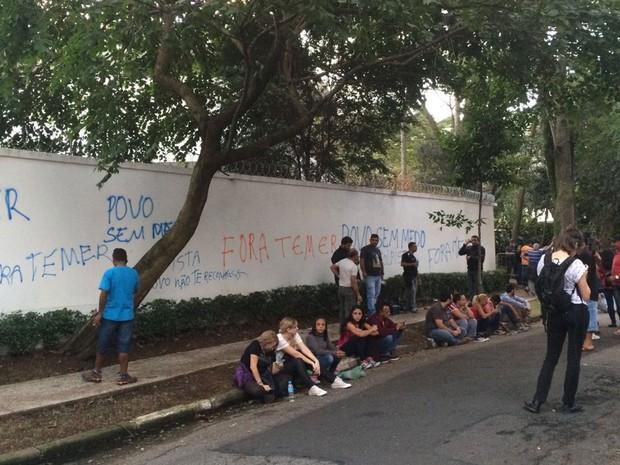 Muro de casa perto onde Temer mora foi pichado (Foto: Gabriela Gonçalves/G1)
