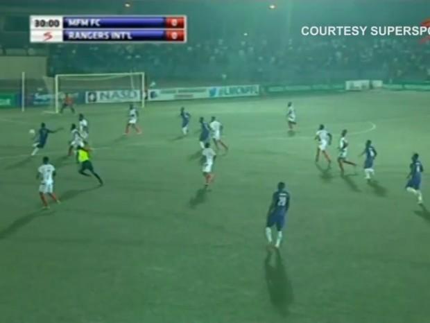 Golaço na Nigéria  (Foto: reprodução/youtube)