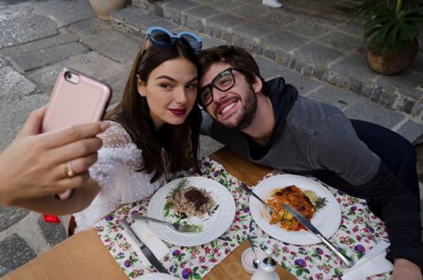 Isis Valverde e Gil Coelho fazem uma dupla de blogueiros no filme Amor.Com (Foto: Reprodução)