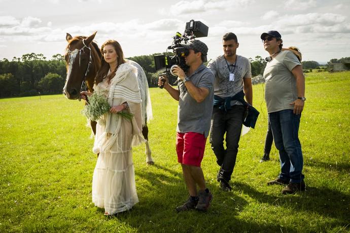 O diretor Luiz Henrique Rios acompanha cena de Eliza, personagem de Marina Ruy Barbosa (Foto: João Miguel Júnior/Globo)
