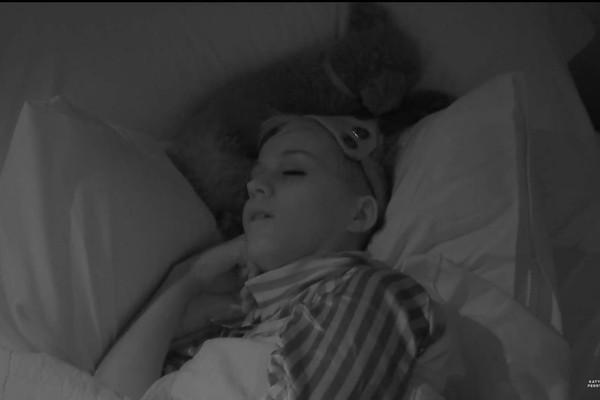 A cantora Katy Perry dormindo em cena de seu reality show (Foto: Reprodução)