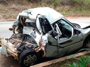 Carro ficou prensado entre caminhão-pipa e outro veiculo (Foto: Bessie Cavalcante/G1)